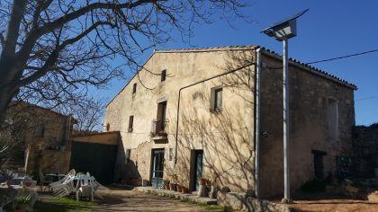 Una masia amb els seu fanal solar